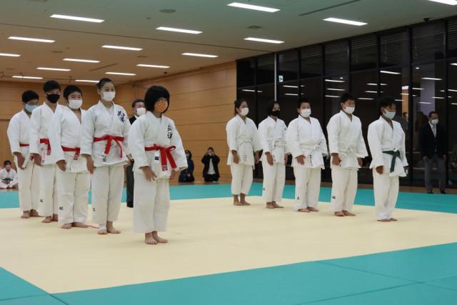 新型コロナ感染予防対策で試合前後のあいさつはマスク着用(第42回函館市スポーツ少年団柔道交歓会)