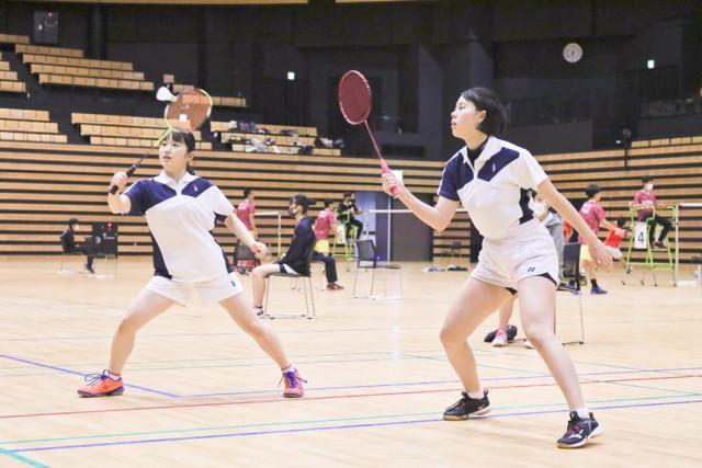 【女子順位決定リーグ戦、遺愛-白百合】ダブルスでラリーを展開する遺愛の小柳(右)・高野組