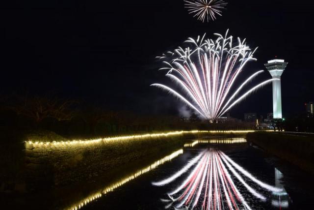 堀の周囲の初点灯を記念して花火が打ち上げられた「五稜星の夢」(午後5時ごろ)