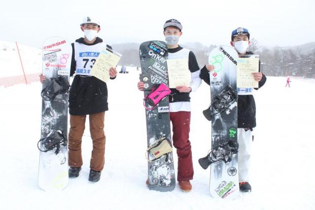 出場した3人の選手。中央が優勝した村井、左が2位の相馬春斗、右は3位の相馬拓人
