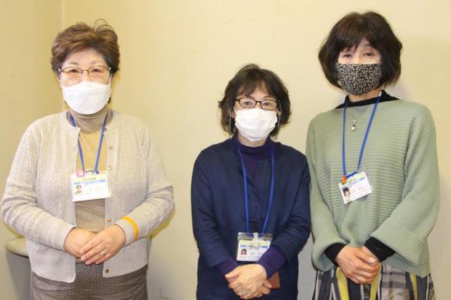 傾聴活動を行う北海道メンタル評議会の(左から)石橋代表と副代表の柳谷さんと菅原さん
