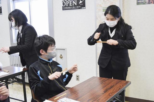 アイヌ文化に触れる―函館市北方民族資料館で開かれたアイヌ伝統の楽器ムックリの制作、演奏体験に取り組む児童