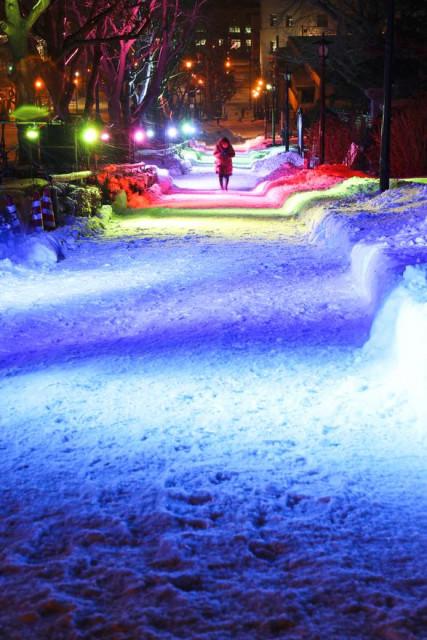 基坂を色とりどりに照らすカラーライトアップ(20日午後5時40分ごろ、山崎純一撮影)