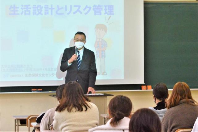 学生の前で講義する池田事務局長