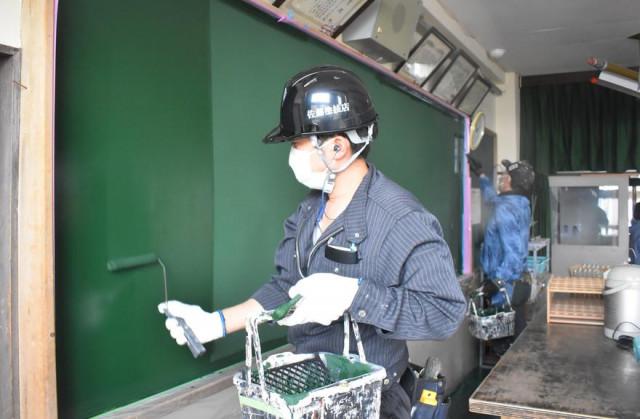 専用の塗料を使って丁寧に塗装を施す作業員