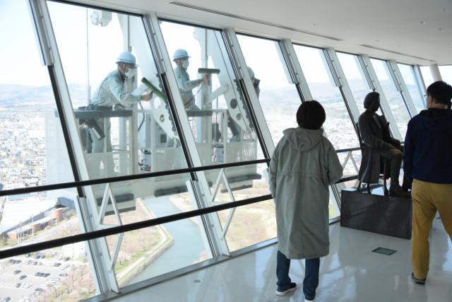 来館者の目を引いた五稜郭タワー展望フロアのガラス清掃