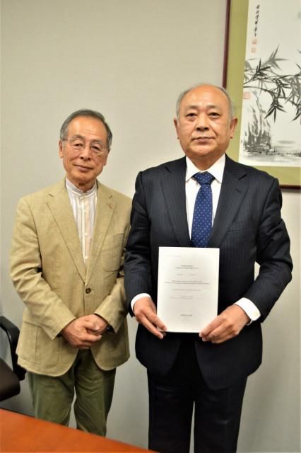 論文を執筆した松田名誉教授(右)と協力した元園長の家村さん