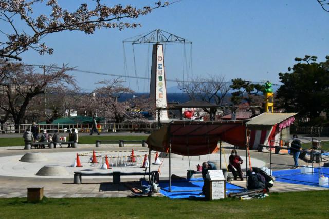 露店の出店準備が始まった函館公園