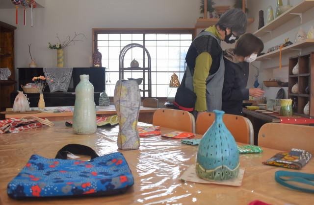 春めいた色使いの陶器や手芸品を展示している会場