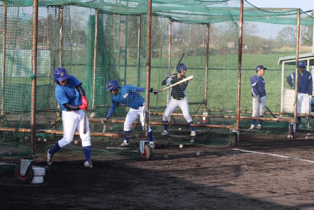 開幕戦に向けて打撃練習する函大の選手たち