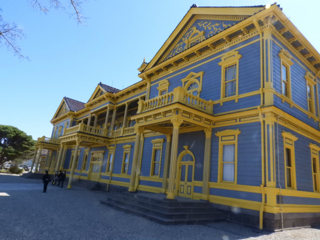 外観が塗り直され、鮮やかな色彩がよみがえった旧函館区公会堂