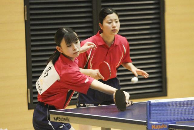 【女子個人戦ダブルス、準々決勝】安定した試合運びを見せる高(左)・小川組