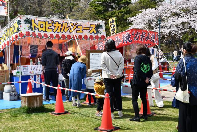 距離を取り露店に並ぶ来園者(函館公園)