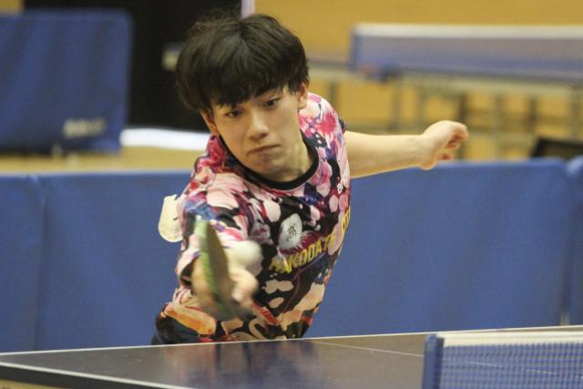 【男子個人戦シングルス、決勝】相手の強打に負けず、力強く打ち返す若松