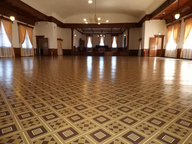 リノリウムによる当時の床の模様を再現した2階大広間