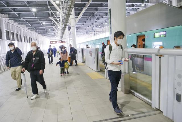 新幹線からホームに降り立つ乗客もまばらな新函館北斗駅