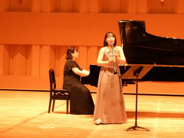 クラリネットを演奏する齊藤さん。ピアノは伊藤さん