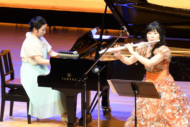 キッズコンサートで演奏する水上さん(右)と桜田さん