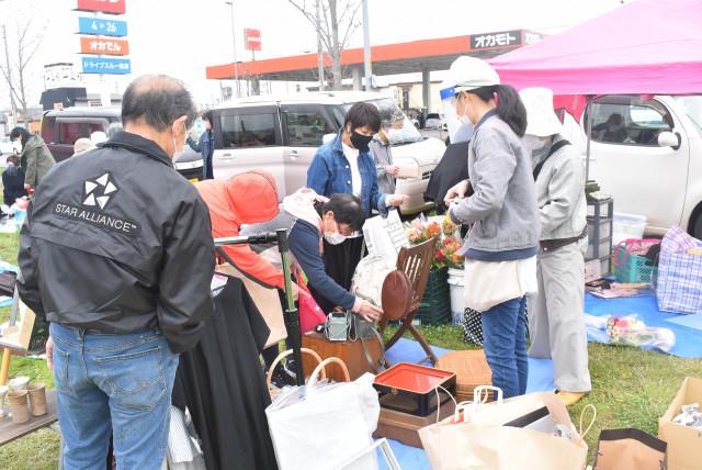ハコニワで初となるフリーマーケットイベントに多くの市民が買い物を楽しんだ