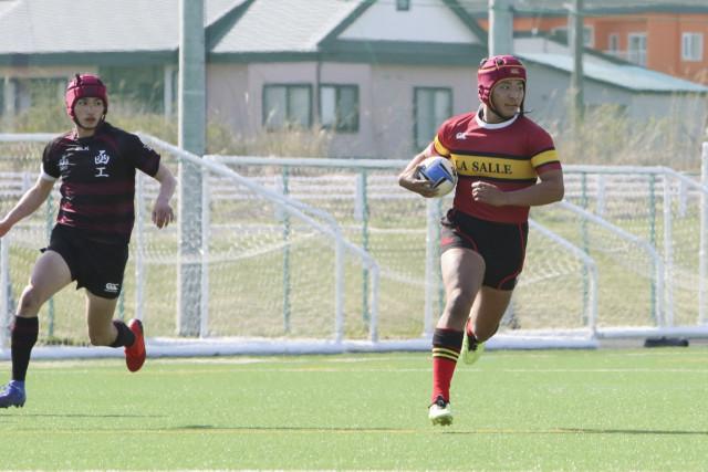 効率よく選手を動かすボール回しや独走でトライを決めたラ・サールの川村主将(右)