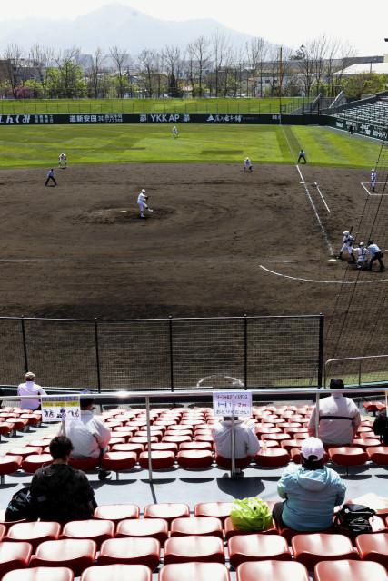 一般を含めた有観客で始まった春季高校野球。奥は黄砂の影響でかすんで見えた函館山(8日午後1時5分ごろ)