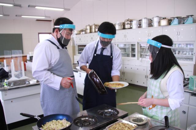 コンブを使ったポテトピザを調理する生徒ら
