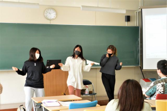 動画の内容を発表する学生