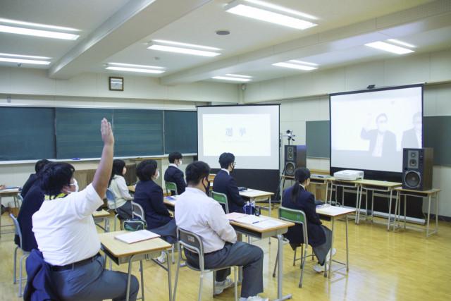ライブ配信による遠隔授業を受ける南茅部高校の生徒ら