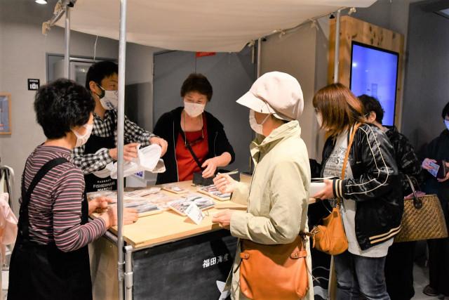 販売開始20分で全商品が完売するほど盛況だった函館市のホッケなどを使った加工品を販売するイベント