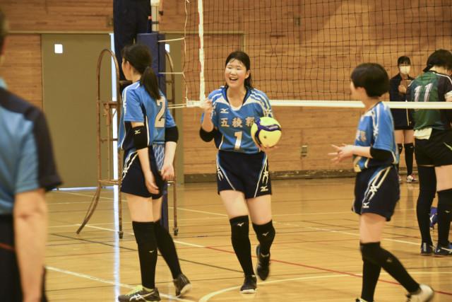 得点を決め、チームメイトとガッツポーズで喜ぶ五稜郭の宮永主将(中央)