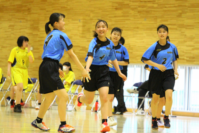 【女子リーグ戦、巴―本通】前半24分、本通の国仙(右から3人目)がシュートを決め仲間と喜ぶ
