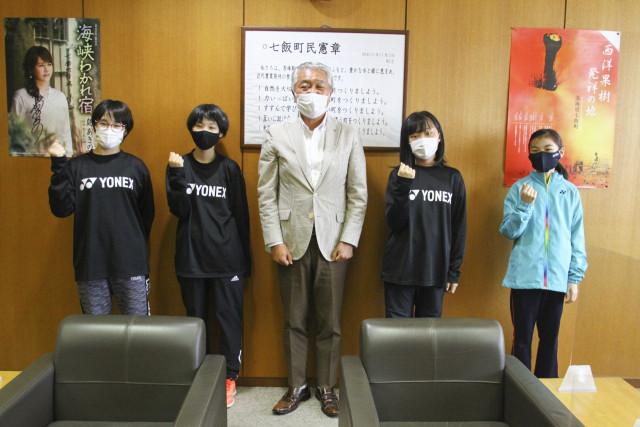 中宮町長(中央)に健闘を誓う(左から)中山さん、平川さん、舩越さん、向井さん