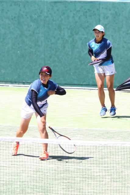 【女子決勝】マッチポイントでスマッシュを決める伊藤(左)。後衛は飛島