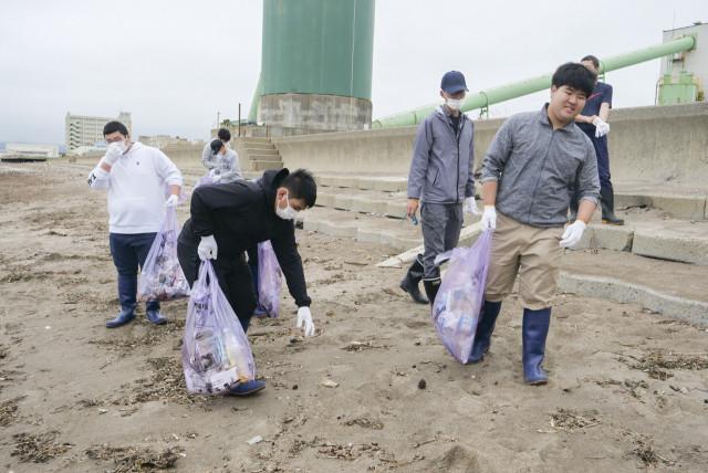 ごみ袋片手に清掃活動に取り組む生徒