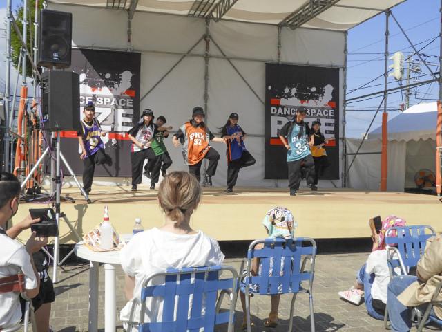 華麗なパフォーマンスを披露する、「ダンススペース・ライズ」のメンバー