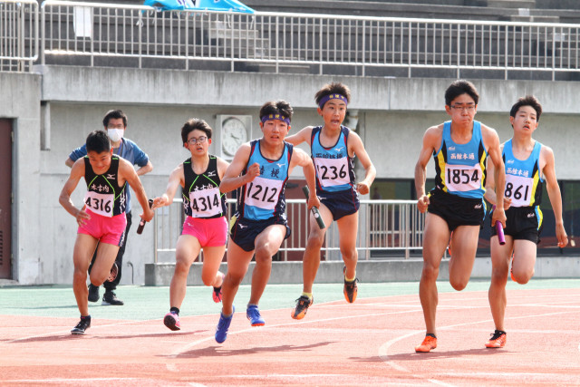 アンカーへバトンをつなげる選手(中学男子4×100メートルリレー)
