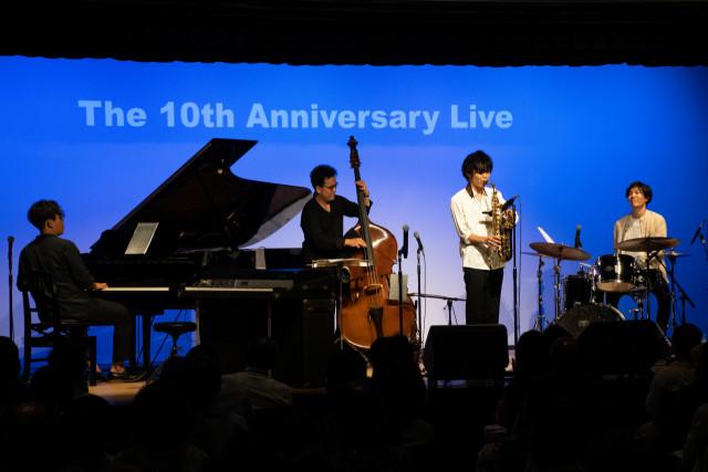 息の合った演奏を披露する4人の吉村さん