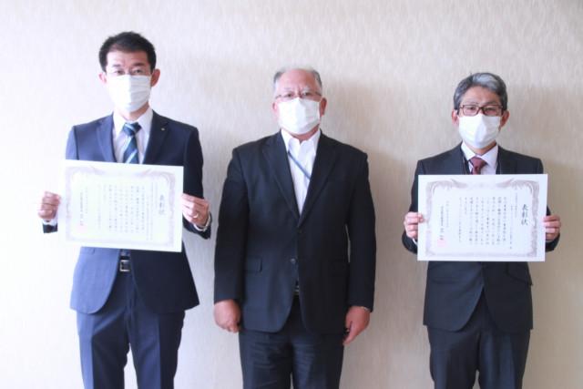 建設事業無災害表彰の表彰状を受け取った近藤作業所長(左)と荒現場代理人(右)