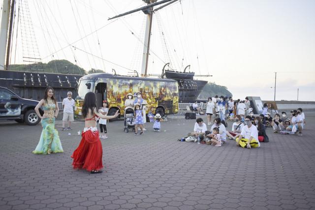 開陽丸記念館前の広場で歌やダンスが繰り広げられた(17日、江差町)
