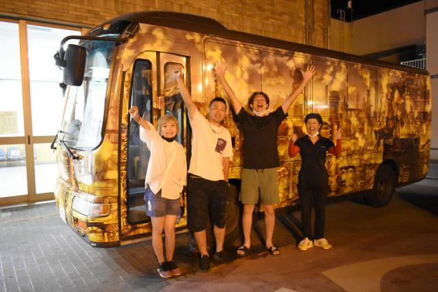 無事巡行を終えたことを喜ぶ(左から)千葉さん夫妻と木村さん、田村さん(19日、八雲町)