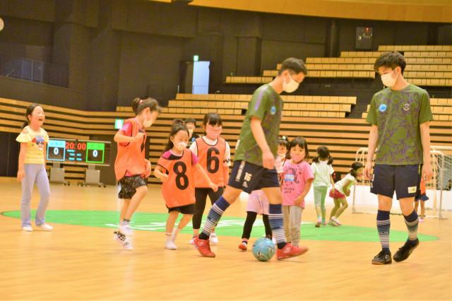 選手と試合を楽しむ園児たち