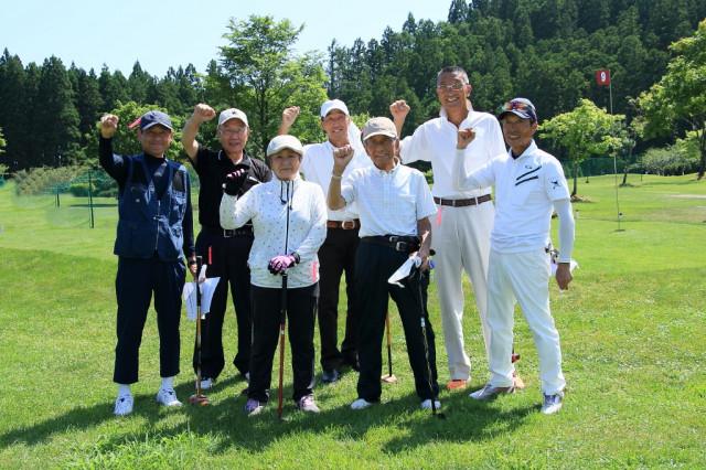 卒寿を迎えた成田さん(右3人目)を囲んで 札苅町内会の選手ら
