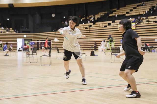 一般女子ダブルス優勝の松本(左)・村中組