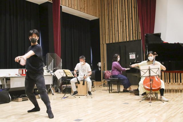 3回目となるイベントを開く(左から)バレエダンサーの紫竹さんと演奏家として出演する小田桐さん、善波さん、清水さん