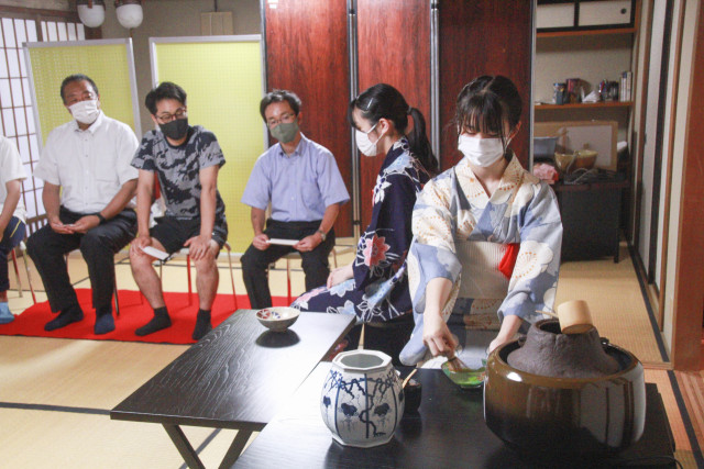 日ごろの稽古の成果を披露した函館西高校茶道部のお茶会
