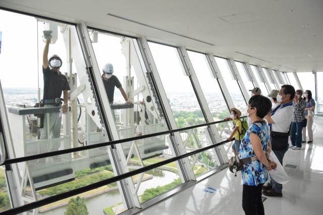 タワー来館者が内部から作業風景を見学した窓ガラス清掃