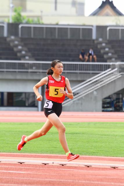中学女子3000メートルで快走する長谷川