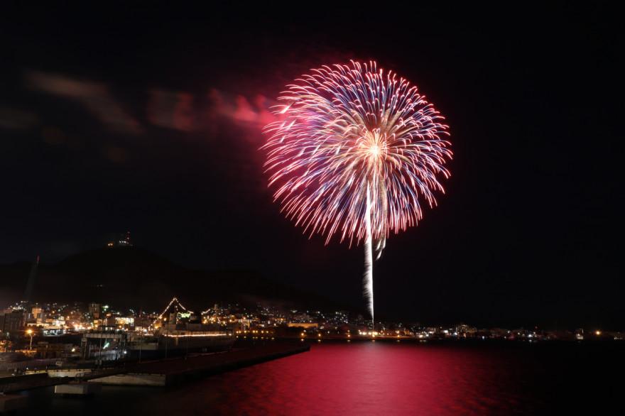 函館港も美しく彩る大輪の花火(19日、ともえ大橋)
