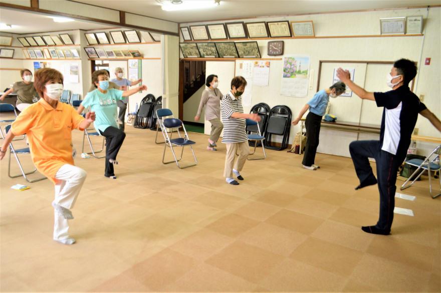 前川さん(右端)の指導の下、健康体操に励む参加高齢者