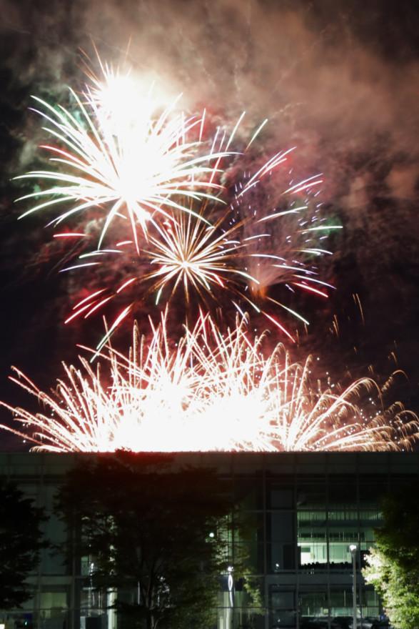 屋上から打ち上がるように見えた公立はこだて未来大の花火(18日、同大駐車場から)
